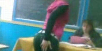 INCREDIBIL! O eleva face show erotic in timpul orei la o scoala din Romania