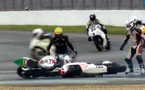 Cel mai amuzant accident de motocicleta pe care l-ati vazut vreodata. VIDEO