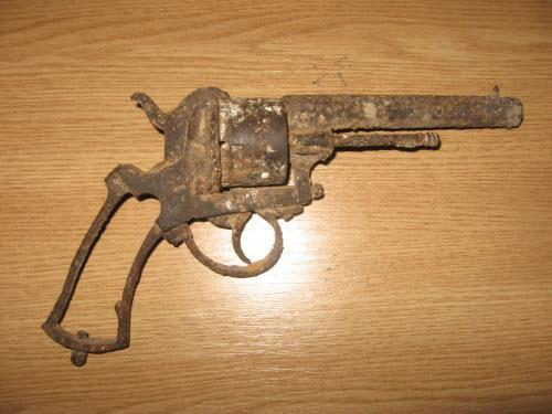Pistol din cel de-al Doilea Război Mondial, descoperit într-o casă din Sanislău
