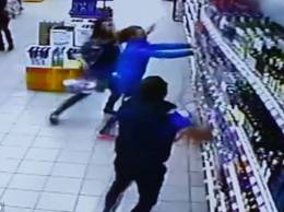 VIDEO Momentul amuzant în care un raft plin cu băuturi alcoolice se prăbuşeşte peste clienţi