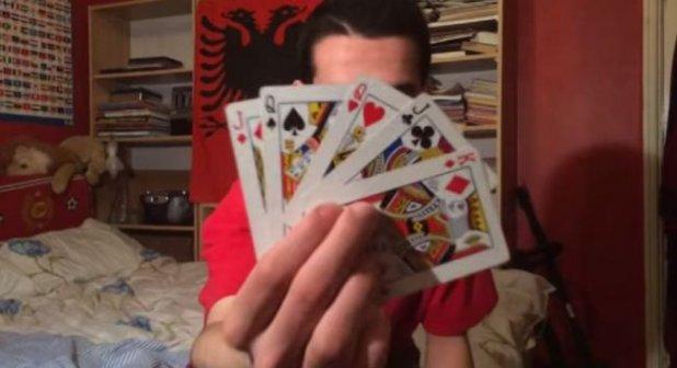 VIDEO MAGIC! Cel mai tare truc cu carti. Alegi o carte din fata calculatorului, iar el o ghiceste