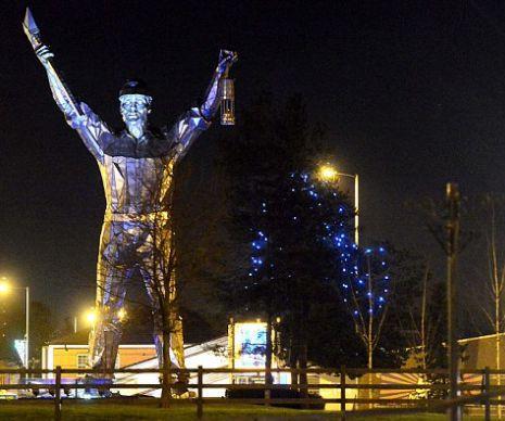 Oraşul care s-a făcut de râs. Edilii locali au instalat luminile de Crăciun abia acum, după sărbători | GALERIE FOTO