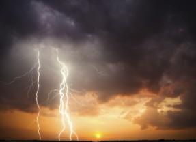 Avertizare de  frecvente descărcări electrice, averse torențiale, grindină și vijelii