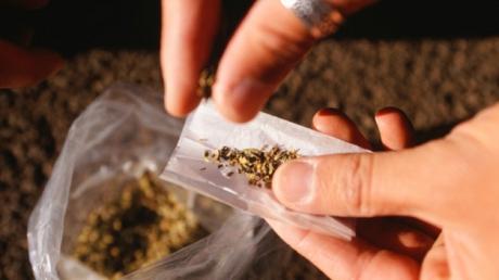 Tânăr de 18 ani prins de polițiști în Tășnad cu droguri de risc asupra sa