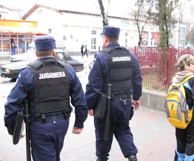 Echipaje mixte de polițiști și jandarmi efectuează verificări pentru respectarea normelor legale impuse în contextul stării de urgență
