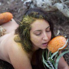 Cine sunt ecosexualii: oamenii care fac sex cu Pământul în speranţa că îl vor salva FOTO