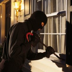 Atenție la hoți! Trei hoți au intrat într-un bloc și au făcut ravagii