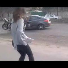 Twerk-ul pe trotuar nu este o idee bună. În Ucraina a generat un accident extrem de grav! VIDEO