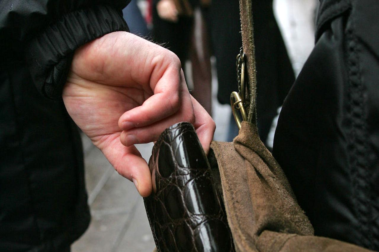 Un minor, de 14 ani, bănuit că a sustras un portofel