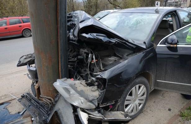 Un tânăr de 17 ani, băut, a intrat cu mașina într-un stâlp din municipiul Carei