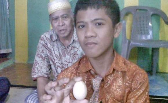 El e băiatul care face ouă de găină