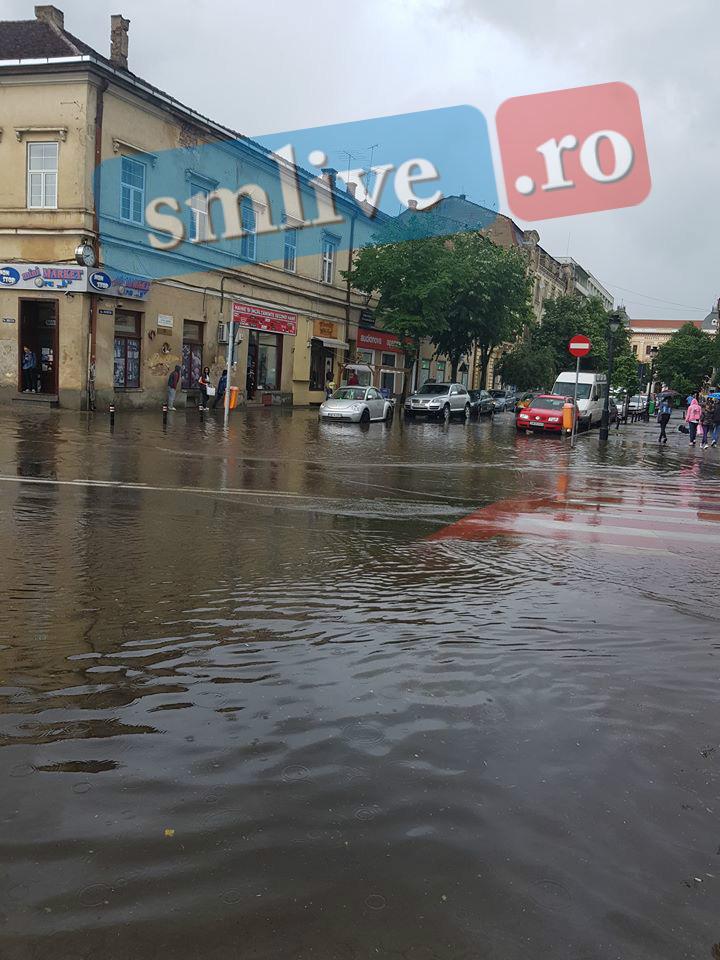 FOTO Satu Mare sub ape! Cum arată centrul orașului după câteva minute de ploaie torențială