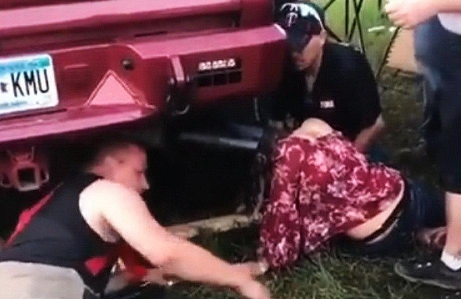 VIDEO Imagini nemaivăzute! A rămas blocată cu capul în toba de eşapament