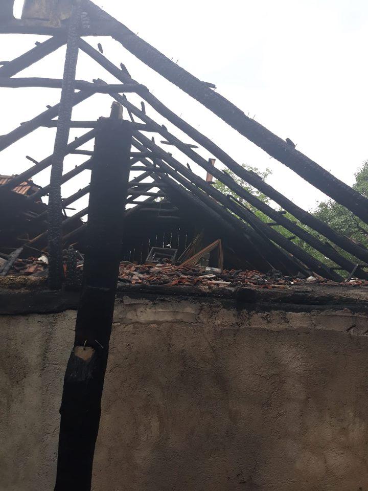 Două incendii produse la două case din localitatea Săcășeni