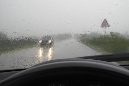 Recomandările polițiștilor sătmăreni pentru circulația pe timp de ploaie