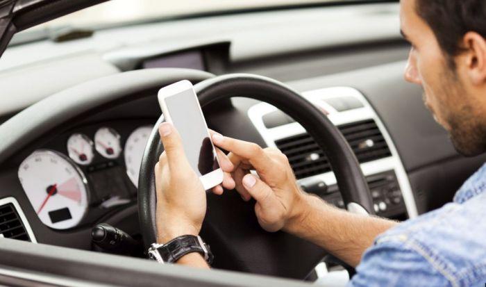 Amendă și suspendarea permisului pentru șoferii care țin în mână telefonul mobil sau tableta, la volan