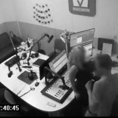 VIDEO Au făcut amor în direct, pe pupitrul de emisie de la radio. Credeau că nu îi vede nimeni după miezul nopţii