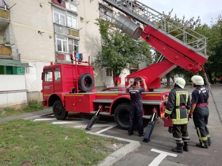 Foto! Se intampla chiar acum pe Ostrovului. Pompierii intervin pentru salvarea unei persoane