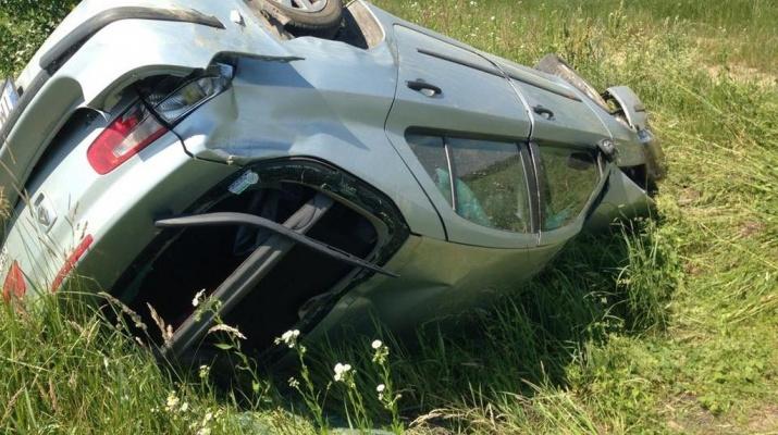 Un bărbat a fost rănit grav după ce a intrat cu mașina în șanț și a fost proiectat afară