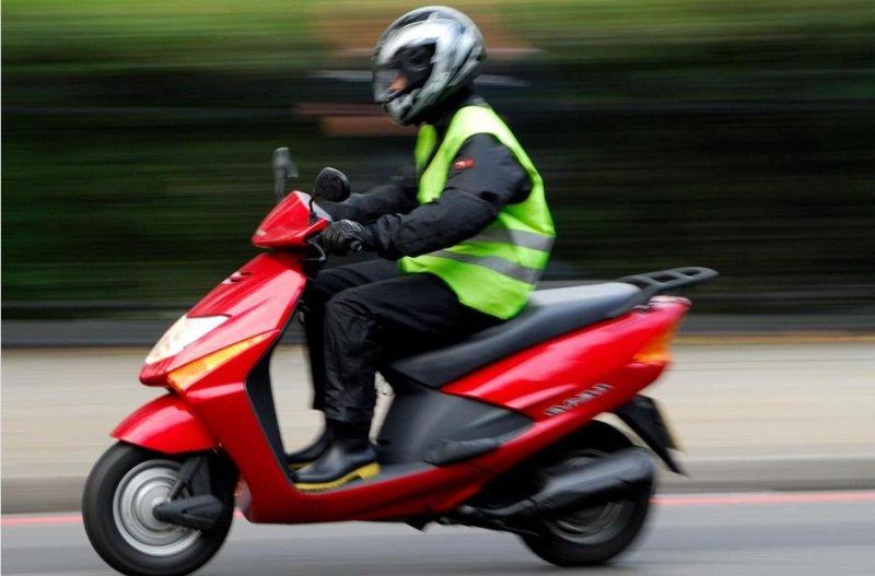 Un tânăr de 18 ani a fost prins de polițiști conducând un scuter fără a poseda permis de conducere