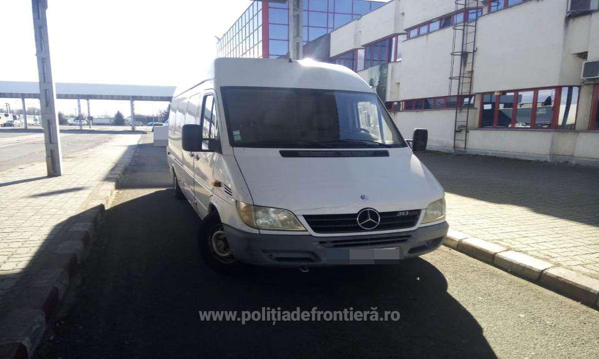 Microbuz căutat de autorităţile din Polonia, oprit la vama Petea