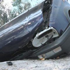 Un tânăr de 18 ani a fost rănit după ce a intrat cu mașina într-un cap de pod