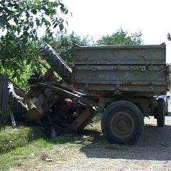 Băut și fără permis de conducere, un bărbat a intrat cu tractorul în gardul unei case