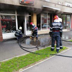FOTO Incendiu cu degajare mare de fum izbucnit la un magazin de pe Drumul Careiului din Satu Mare