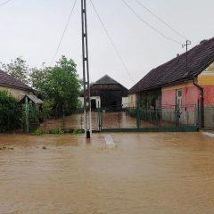 Curți inundate în localitatea Rătești