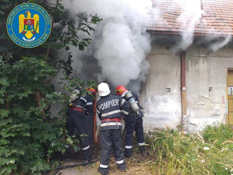 FOTO Incendiu la o clădire dezafectată din municipiul Satu Mare