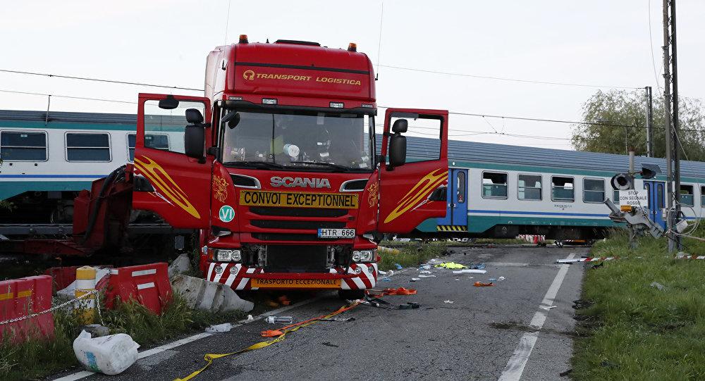 Accident feroviar. Un tren a acroșat un trailer la Apa