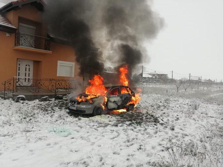 Incendiu izbucnit la un autoturism parcat în curtea unei case din localitatea Lazuri