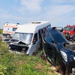 FOTO Accident de circulație între un autoturism și un microbuz în satul Dindeștiu Mic