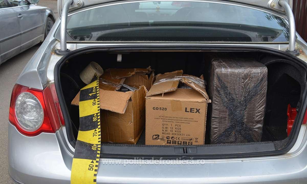 O mașină cu 4.500 de pachete cu țigări de contrabandă a fost ridicată din curtea unui imobil din județul Satu Mare