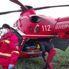 FOTO Un bărbat a rămas cu mâna prinsă într-un utilaj agricol, în județul Satu Mare. Acesta a fost preluat de un elicopter SMURD
