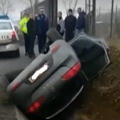 Două persoane au fost rănite după ce mașina lor s-a rasturnat într-un șanț în județul Satu Mare