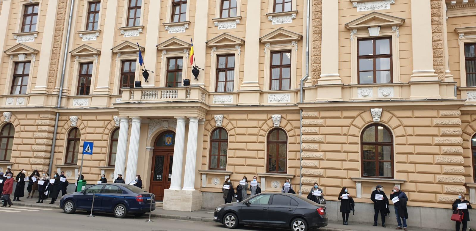 Sute de avocați au protestat la București și Satu Mare, în semn de solidaritate cu avocatul Robert Roșu